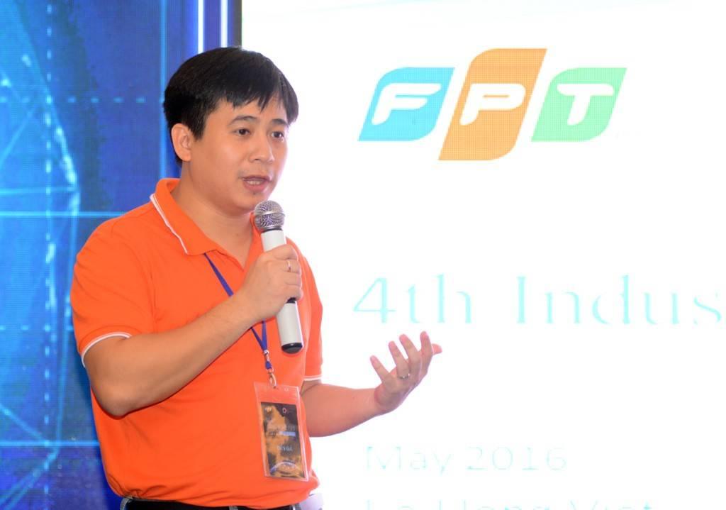 """Anh Lê Hồng Việt, Giám đốc Công nghệ FPT, chia sẻ, điểm khác biệt của FPT Techday 2016 là một ngày hội mở với mong muốn đem lại cho cộng đồng thấy được rõ nét nhất về tầm nhìn của FPT về công nghệ và FPT đang làm gì với công nghệ đó.  """"Máy in 3D, xe tự lái là những ví dụ cho thấy sự phát triển mạnh mẽ của cuộc cách mạng khoa học kỹ thuật lần thứ 4. Và cuộc cách mạng này sẽ diễn ra nhanh chóng trong thời gian tới. FPT đã và đang xây dựng những giải pháp hữu ích dựa trên nền tảng công nghệ như Cloud (Điện toán đám mây), Big Data (Dữ liệu lớn) và IoT (Internet of things)"""", CTO FPT đúc kết. Hàng loạt sản phẩm công nghệ nổi bật của FPT đã ra đời từ xu hướng công nghệ này như: FPT Play, Báo điện tử VnExpress, Hệ thống phát hiện tấn công CyRadar, Rogo Alfa, giao thông thông minh..."""